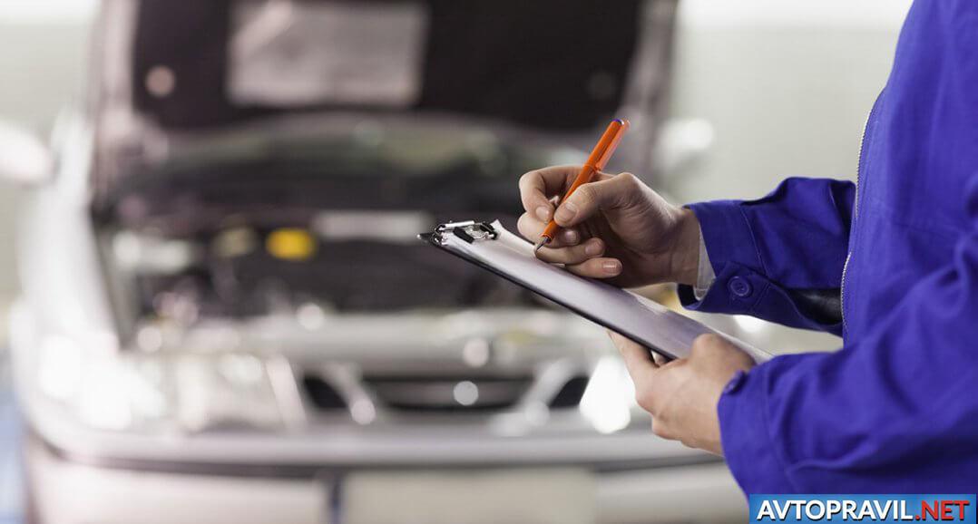 Документы с ручкой в мужских руках на фоне открытого авто