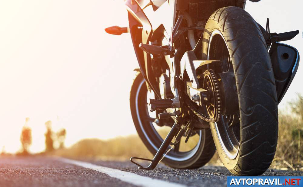 Мотоцикл, стоящий на обочине