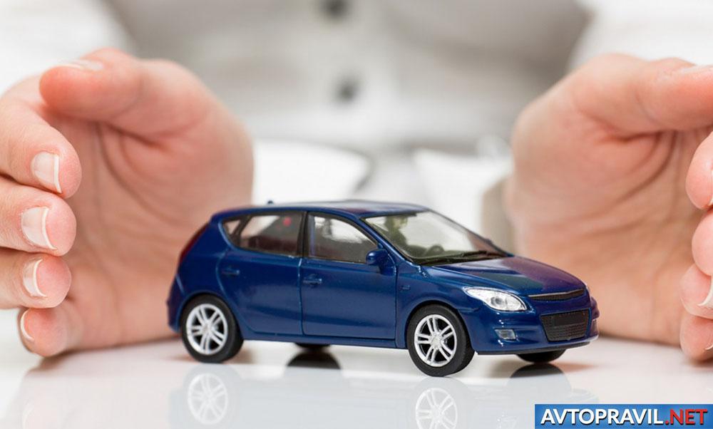 Игрушечная модель автомобиля и женские руки
