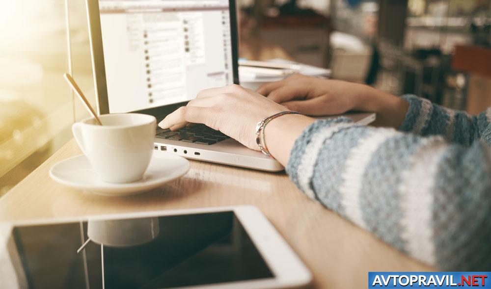 Девушка, оформляющая электронный полис ОСАГО на ноутбуке