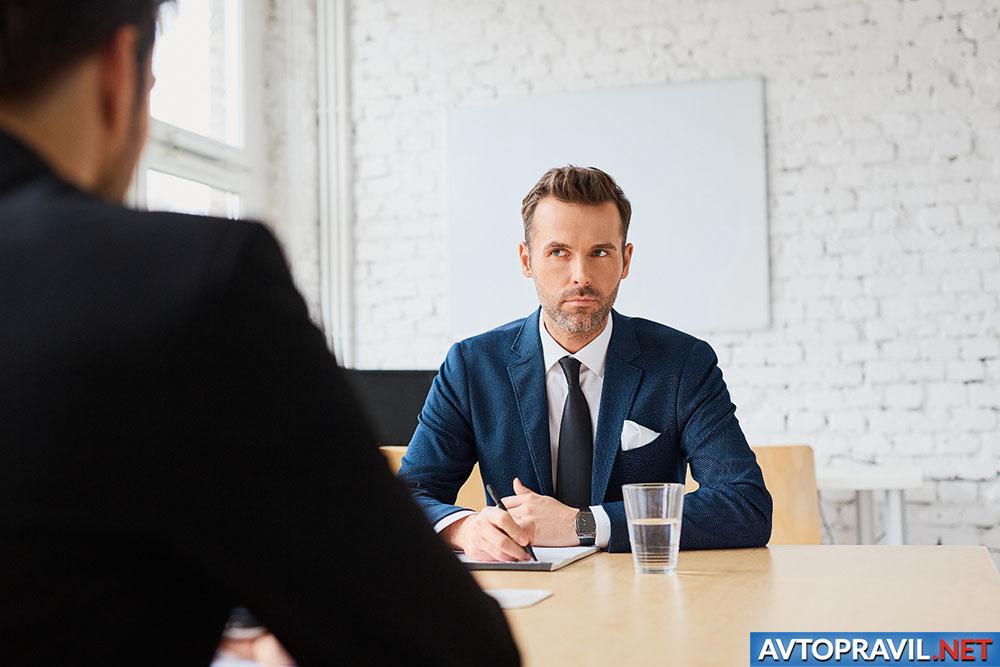 Мужчина, сидящий за столом