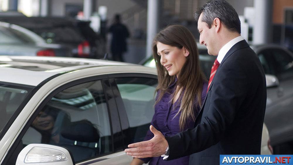 Женщина, покупающая новую машину