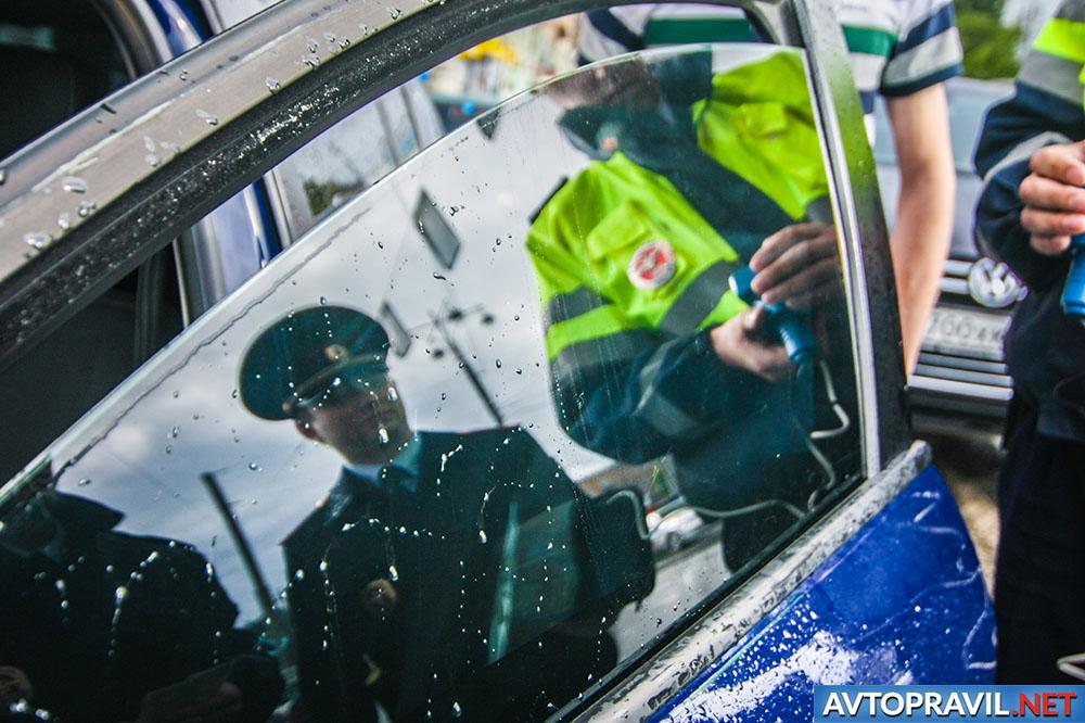 Сотрудники ГИБДД рядом с дверью автомобиля
