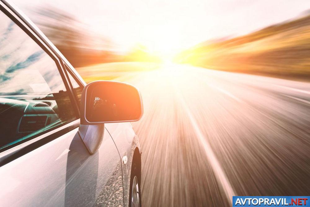Автомобиль, едущий по дороге