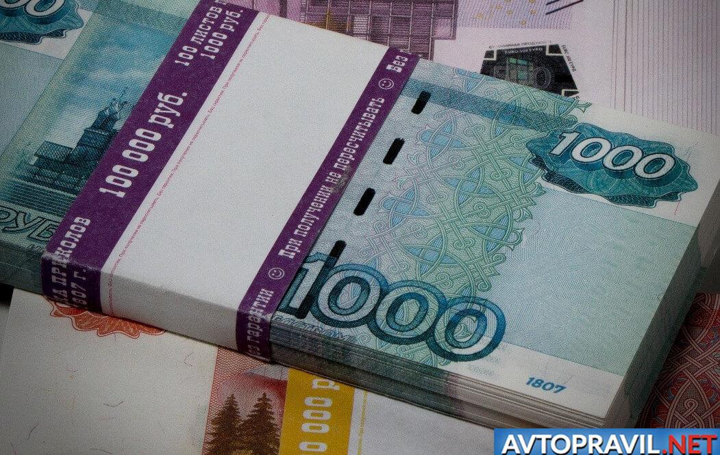 Пачка денежных купюр на документах