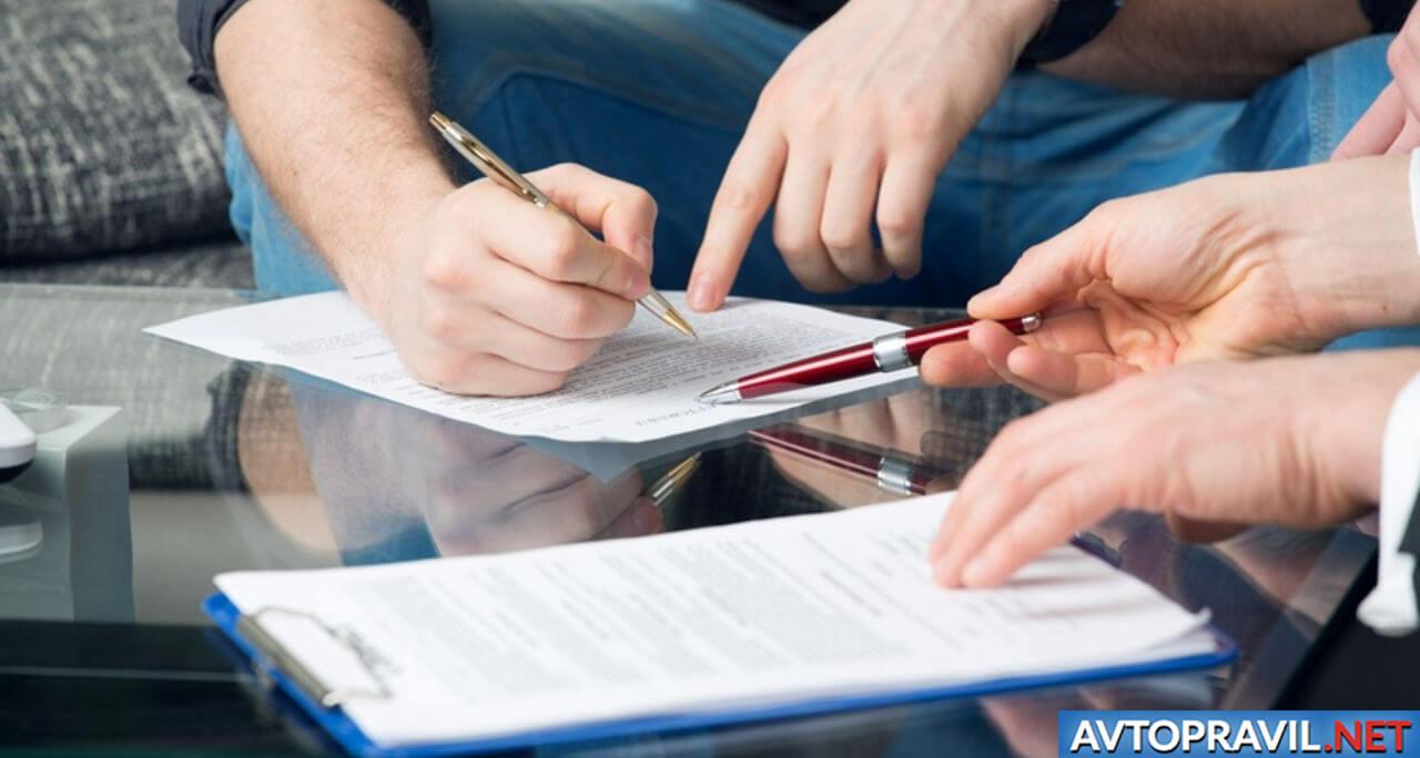 Ручки в мужских руках над документом