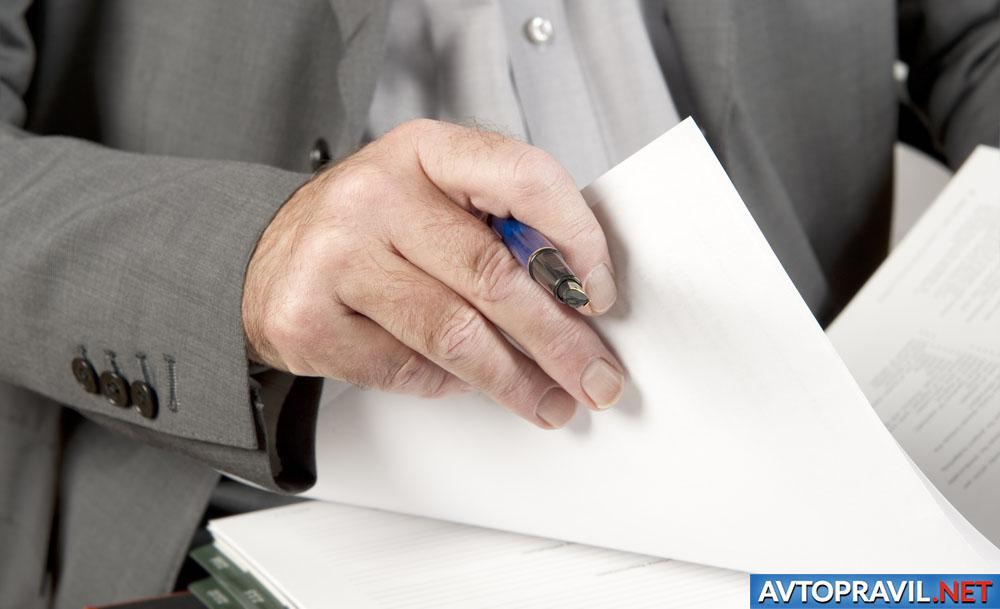 Мужчина, вносящий изменения в документ