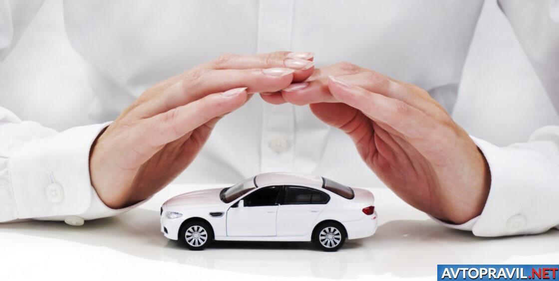Женские руки над моделью авто