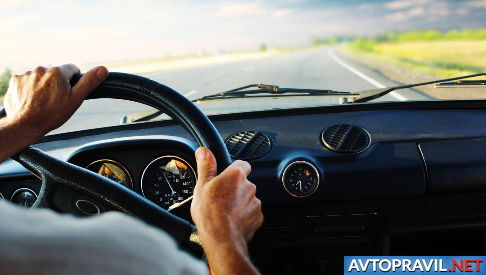Мужские руки на руле авто
