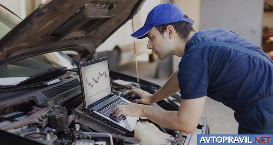 Мужчина, проводящий диагностику автомобиля