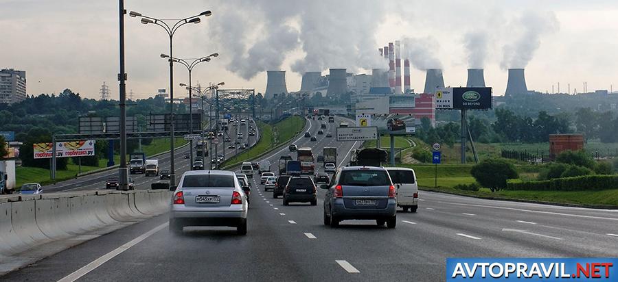 Автомобили на трассе в Москве