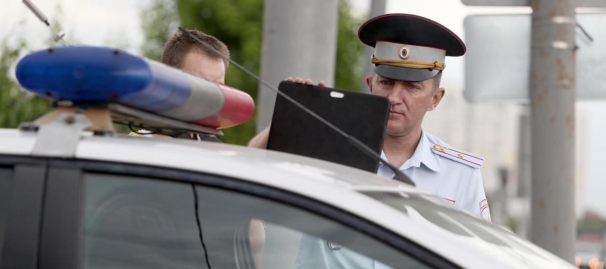 Полицейский возле машины