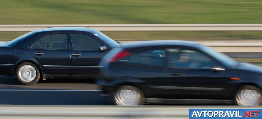 Машина, обгоняющая другой автомобиль