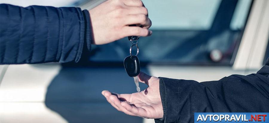 Две руки с ключами от автомобиля