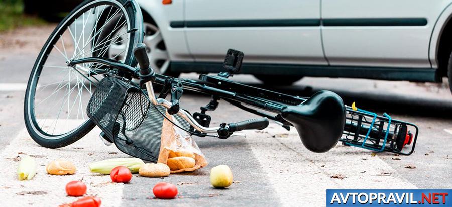 Сбитый велосипед, лежащий на дороге