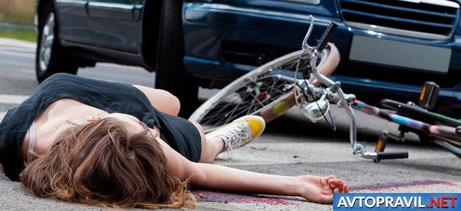 Сбитая девушка с велосипедом на пешеходном переходе
