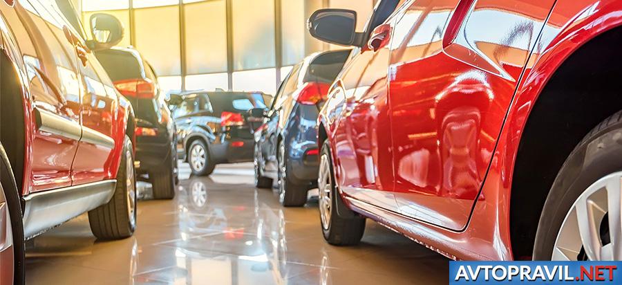 Машины, стоящие в автомобильном салоне